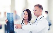 Ärzte mit Röntgenbild Rücken